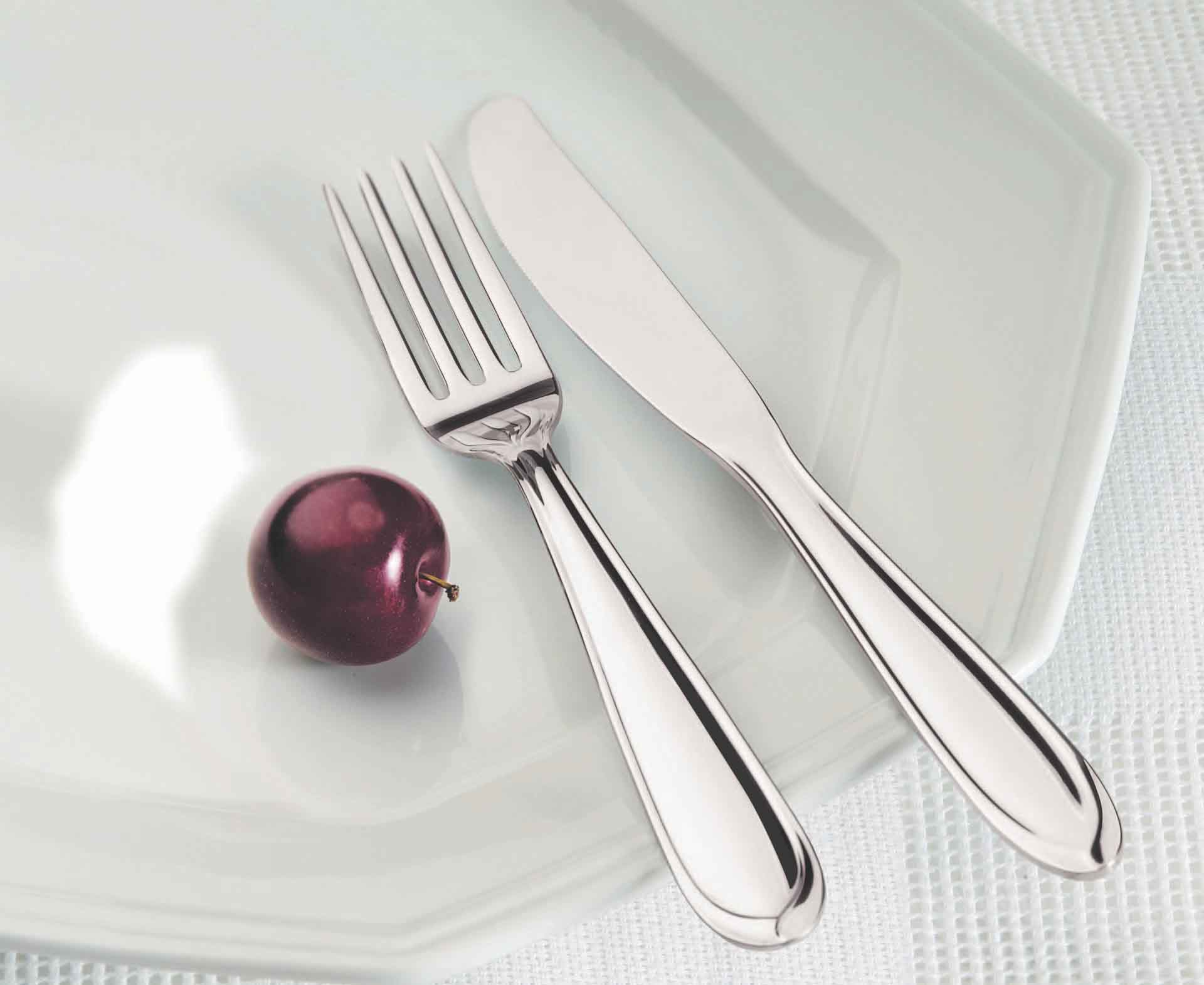Thìa, đĩa bằng kim loại tuyệt đối không được đưa vào lò vi ba